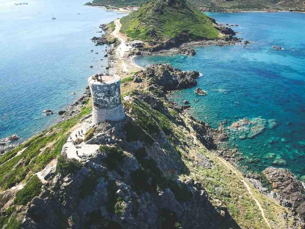 Quelle distance sépare Marseille de la Corse?